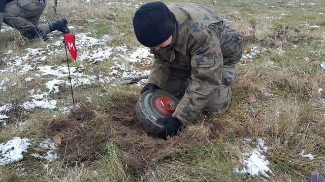 Młodzież uczyła się, jak wykonać stanowisko ogniowe, zamaskować ludzi i sprzęt w terenie, a nawet ustawiać minę przeciwpancerną.