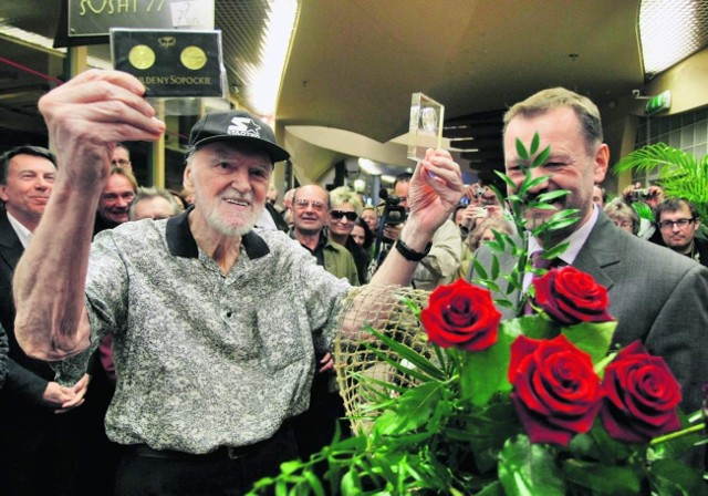 Wojciech Fułek przekazał Walickiemu guldeny, wybite z okazji 50-lecia polskiego rocka