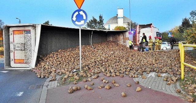 Buraki zasypały rondo przy ul. Nowej w Nakle. Wszystko przez wywrotkę pojazdu ciężarowego z naczepą