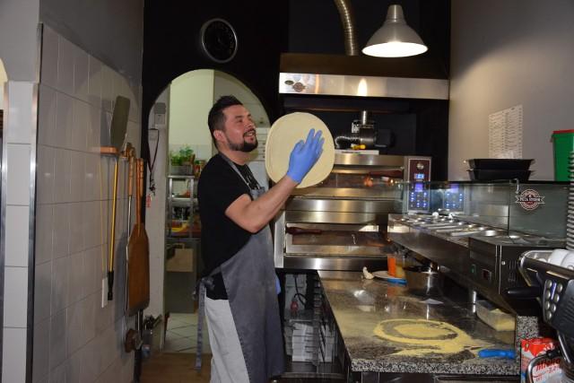 Mistrz Antonio podczas podrzutu ciasta.
