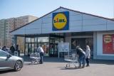 Kolejki przed sklepami - poznaniacy robią zakupy na Wielkanoc, ale pamiętają o zasadach bezpieczeństwa