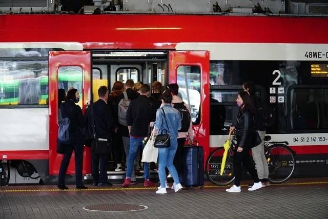 """Pasażerowie ze Starołęki, Minikowa, Marlewa, Głuszyny oraz podpoznańskich miejscowości (np. Daszewic, Czapur czy Kamionek) będą dowożeni autobusami """"za tramwaj"""" do pętli na Unii Lubelskiej i ronda Starołęka. Dzięki dofinansowaniu PKM będą mogli też skorzystać z dojazdów do centrum pociągami"""