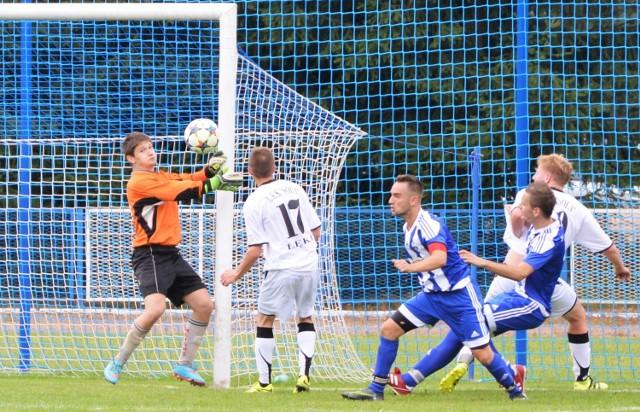 Krzysztof Skrobacz (pierwszy z prawej, w niebieskiej koszulce) tuż przed przerwą główkował w słupek. Na inaugurację sezonu w oświęcimskiej piłkarskiej klasie A Zatorzanka pokonała Sołę Łęki 3:0.