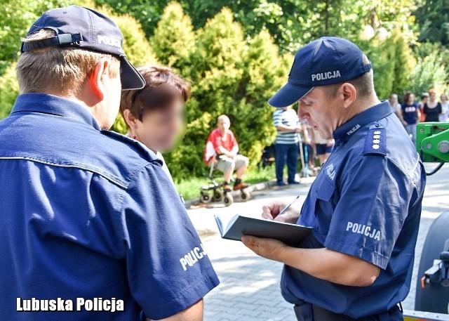 Oddział rehabilitacji sulechowskiego szpitala stał się poligonem wspólnych ćwiczeń policji, straży pożarnej i straży miejskiej. Takie działania są konieczne, aby przećwiczyć scenariusze działań w przypadku sytuacji kryzysowej. W środę, około godz. 9.00 do budynku Szpitala ZOZ w Sulechowie wchodzi nieznany nikomu mężczyzna, pozostawia niezidentyfikowany pakunek na korytarzu oddziału rehabilitacji. Jedna z pielęgniarek zauważa torbę i próbuje znaleźć właściciela. Kiedy orientuje się, że nikt się do pakunku nie przyznaje powiadamia ordynatora, który informuję o zaistniałej sytuacji dyrektora szpitala. Dyrektor podejmuje decyzję o ewakuacji oddziału i jednocześnie zawiadamia służby. To było główne założenie ćwiczeń, które zostały przeprowadzone na oddziale rehabilitacji sulechowskiego szpitala. Po uzyskaniu informacji o sytuacji w ZOZ w Sulechowie dyżurny policji na miejsce zdarzenia wysłał patrol policjantów, aby potwierdzić zgłoszenie i zabezpieczyć miejsce ewakuacji. Po potwierdzeniu zgłoszenia, na miejsce udał się komendant Komisariatu Policji w Sulechowie i objął dowodzenie. Wkrótce na miejscu pojawili się policyjni pirotechnicy, aby zidentyfikować zawartość plecaka i zabezpieczyć go oraz zneutralizować. Po zabezpieczeniu plecaka i zlikwidowaniu zagrożenia, pacjenci mogą wrócić na oddział. Ćwiczenia miały na celu doskonalenie umiejętności praktycznych funkcjonariuszy, sprawdzenie realności założeń przyjętych w dokumentach, jak również sprawdzenie umiejętności organizacyjnych i merytorycznych osób dowodzących działaniami i policjantów biorących udział w ćwiczeniu. Czytaj też: Policja zatrzymała pięć osób w związku z przestępstwami narkotykowymiZobacz wideo: Zatrzymania i areszty za przestępstwa narkotykowe