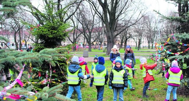 Przedszkolaki podczas dekorowania drzew w Parku Staromiejskim