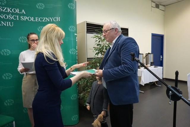 """Główną  nagrodę konkursu """"Znaki dobra"""" otrzymał Franciszek Szklennik za tekst opublikowany  w """"Głosie Wągrowieckim"""". Wręczyła ją prorktor WSUS-u dr Agnieszka Woch-Juchacz"""