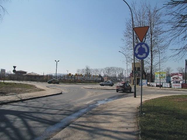 """W tym miejscu część kierowców zapomina, że wjeżdżają na rondo. Często jadąc """"na pamięć"""" ul. Jasińskiego, nie ustępują pierwszeństwa samochodom znajdującym się na rondzie."""