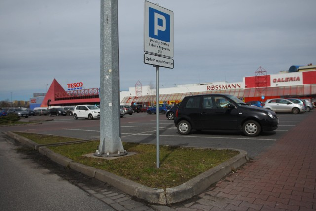 2 tysiące pracowników marketów Tesco w Polsce ma stracić pracę. Grupowe zwolnienia już się rozpoczęły i potrwają do października. - To absurd. Nie zgadzamy się na zwolnienie takiej liczby pracowników, zwłaszcza gdy brakuje rąk do pracy. Firma mówi, że chce biznes postawić na nogi, ale jej działania świadczą o czymś zupełnie innym - mówią związkowcy Solidarności.