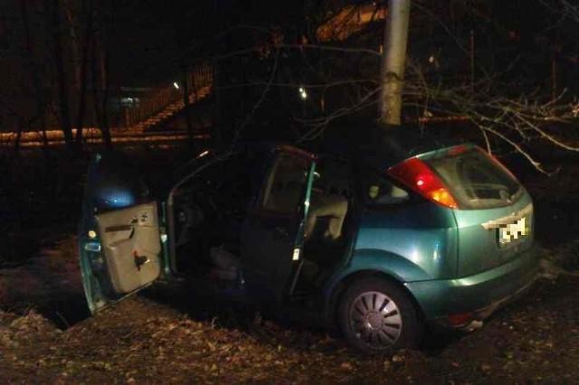 Ford wpadł w poślizg. Auto uderzyło w drzewo. Zdjęcie przysłane przez internautę na alarm24