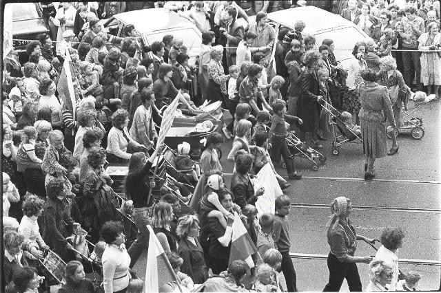 Łódzki ''Marsz głodowy'' wstrząsnął całą Polską. Wrażenie musiały robić krzyczące kobiety z dziećmi.