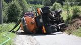 Beczkowóz staranował audi i dachował. Przyczyną wypadku była awaria hamulców (FILM, FOTO)