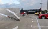 Niebezpieczna blacha na parkingu na dachu Magnolii [ZDJĘCIA]