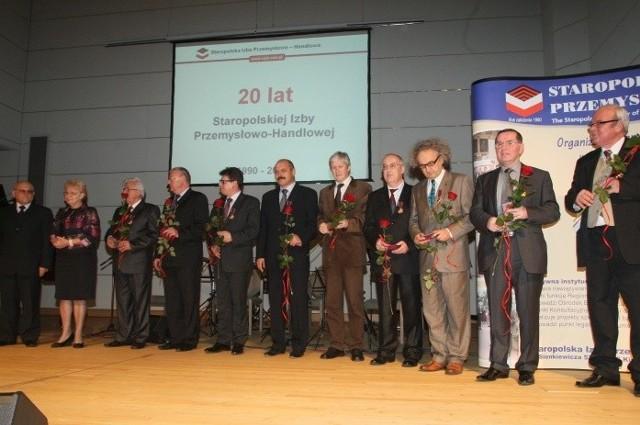 Prezydent SIPH Ryszard Zbróg, wojewoda Bożentyna Pałka-Koruba i odznaczeni brązowymi i złotymi Krzyżami Zasługi.