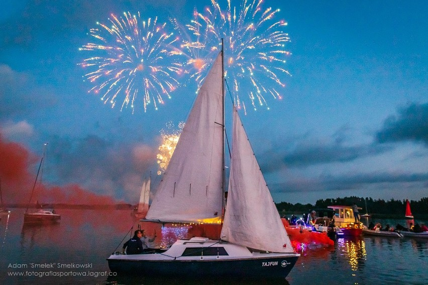 """W piątek wieczorem odbyła się widowiskowa parada jachtów na jeziorze Jamno w Mielnie. Uczestniczyło ponad 20 jednostek z całego regionu. Zobacz nowe zdjęcia z wydarzenia, które przesłał nam Adam """"Smelek"""" Smelkowski Photography. Dziękujemy!"""