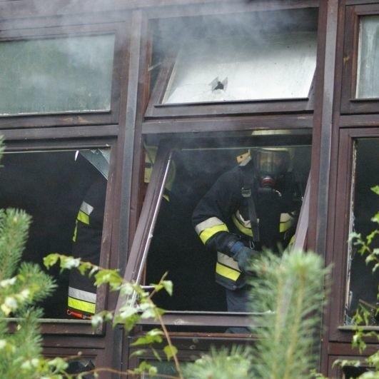Ogień gasiły 4 zastępy strażaków.