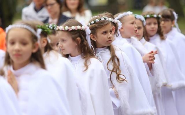 7756ff27ee ... zakaz robienia swoich zdjęć w kościele i ogólne koszty opiewające na  około 600 zł. Tak zdaniem rodziców ma wyglądać I komunia święta w kościele  na ...
