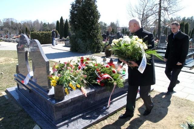 Jarosław Dworzański składa kwiaty w II rocznicę katastrofy smoleńskiej