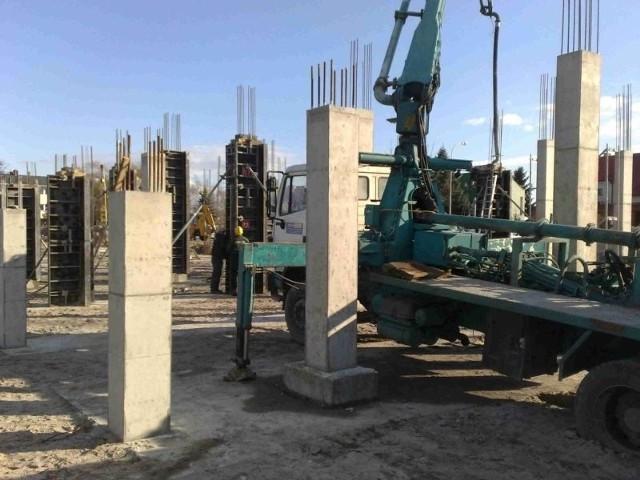"""Na stadionie tarnobrzeskiej Siarki """"rosną"""" filary pod trybuny, które wybudowane zostaną jeszcze w tym roku."""