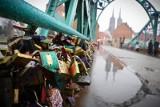 We wtorek zamykają most Tumski i odcinają kultowe kłódki. Ostatni moment, by zabrać swoją