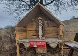 Do kapliczki na stoku narciarskim w Chyrowej przychodzą pielgrzymi z intencjami. Zostawiają tam kamienie