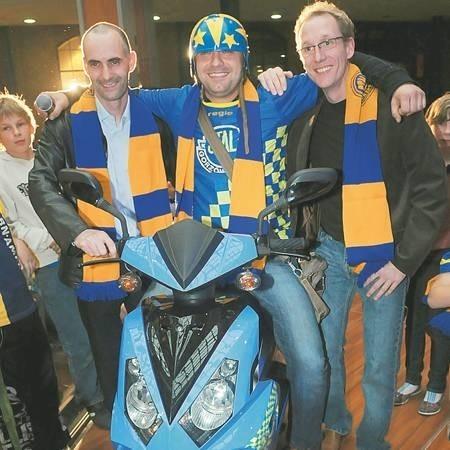 Andrzej Kuczera fetował wygranie skutera wspólnie z Tomaszem Gollobem (z lewej) i Peterem Karlssonem