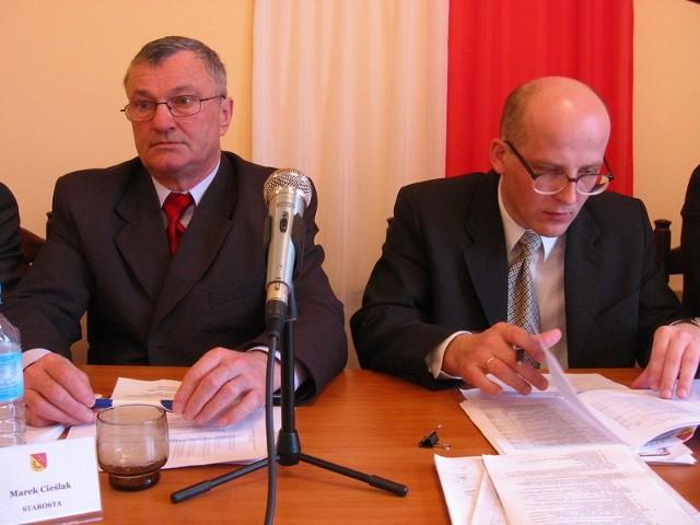 Jedynie Jacek Brzeziński (z prawej) nie bierze udziału w obradach komisji. Więc tylko jego może dotknąć obniżka diet. Z prawej starosta Marek Cieślak.