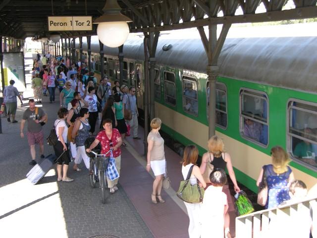 Koleje mazowieckie przez półtorej godziny nie wypuszczały pasażerów z pociągu, który stanął zaledwie kilometr od stacji Skierniewice. Nikt nie zadbał o interesy pasażerów.