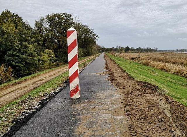 Słupy graniczne stoją na ścieżce rowerowej w trzech miejscach. Kilka z nich stoi też na skraju drogi dla rowerów i można o nie zahaczyć kierownicą.