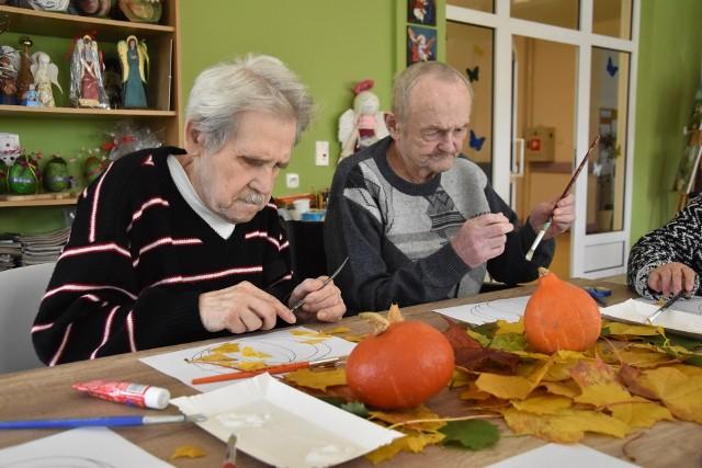 Udział w warsztatach daje pensjonariuszom domu pomocy społecznej poczucie sprawczości, pomaga zapomnieć o problemach dnia codziennego oraz wycisza i relaksuje.