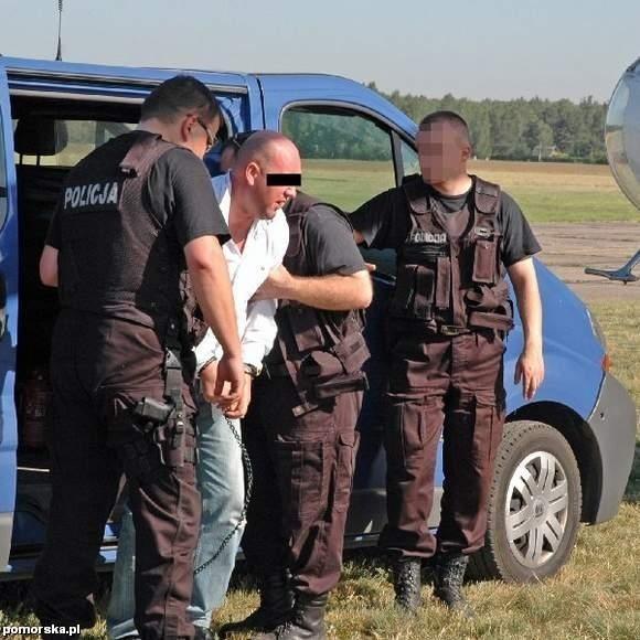 """Przemysław P. """"Plankton"""" pod eskortą policji trafił do Włocławka i stanął przed prokuratorem"""