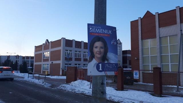 """Katarzyna Siemieniuk """"wisi"""" na słupie przy ul. Niskiej."""