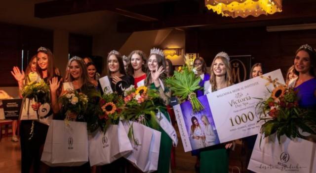 Finał Miss Śląska 2020. Gala odbyła się 2 sierpnia w hotelu Vesta w Jeleśni.Zobacz kolejne zdjęcia. Przesuwaj zdjęcia w prawo - naciśnij strzałkę lub przycisk NASTĘPNE
