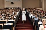 Uroczyste czepkowanie na GUMed. 16 lutego 2018 absolwenci pielęgniarstwa i położnictwa ślubowali w auli im. prof. Olgierda Narkiewicza