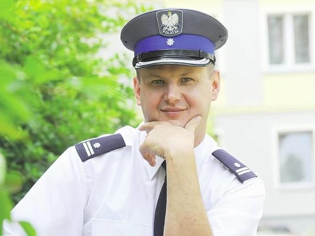 Tomasz Rabenda ma 42 lata, w policji od 20 lat. Pochodzi z Żar, żonaty, jedno dziecko.