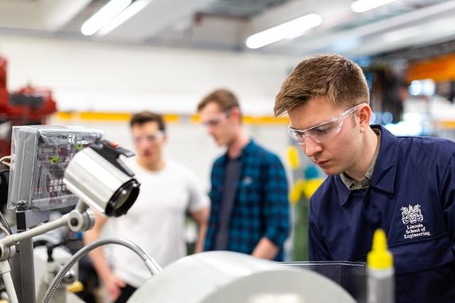 Po tych studiach zarobisz najwięcej. Bezpieczny i opłacalny start na rynku pracy zapewnia m.in. robotyka. Ile można zarobić?