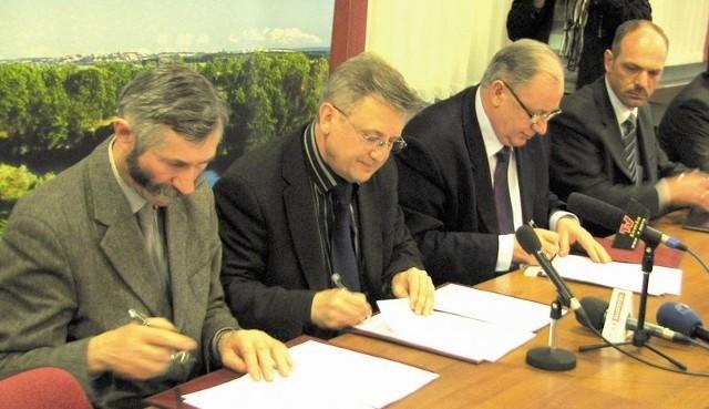 Od lewej: Edward Łada, Jerzy Siwkiewicz, Mieczysław Czerniawski i Jacek Nowakowski podpisali wczoraj list intencyjny, otwierajający drogę do powstania u nas specjalnej strefy ekonomicznej