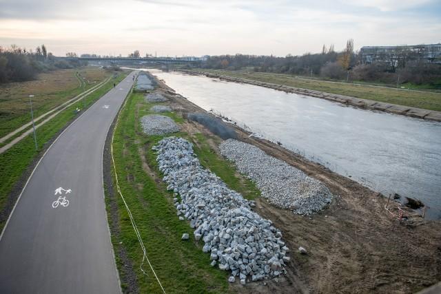 Trwają prace, związane z modernizacją brzegów Warty. Zostały one podzielone na etapy – na wschodnim brzegu rzeki roboty będą prowadzone w trzech etapach, na zachodnim także. Wykonawca najpierw przystąpił do wymiany betonowych opasek na wschodnim brzegu. Co zmieni się nad Wartą?Przejdź do kolejnego zdjęcia --->