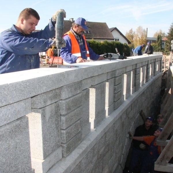 Przy granitowych barierach mostu pracowali wczoraj Krystian Kapłon i Waldemar Suchodolski.