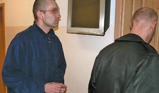 Roman B. wchodzi na ogłoszenie wyroku. Kara została mu wówczas zmniejszona z 8 lat do 4,5 roku więzienia