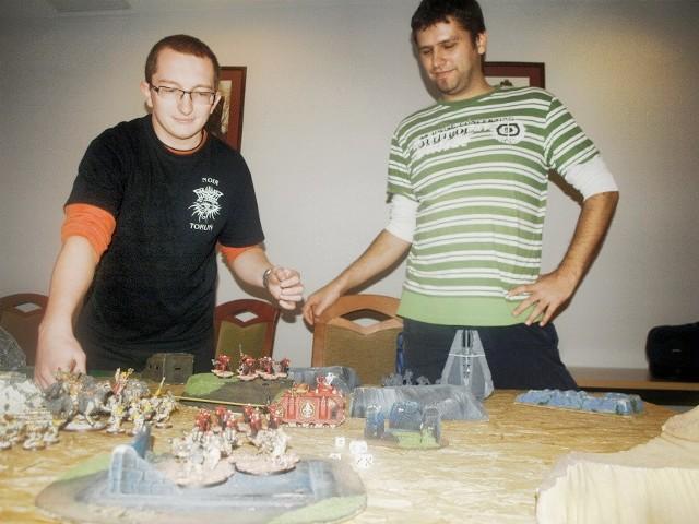 Mariusz i Marcin grają w bitewniaki