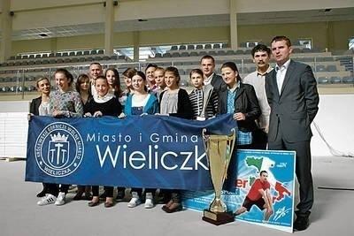 Siatkarki MKS MOS Wieliczka ze sztabem szkoleniowym klubu i władzami Wieliczki Fot. archiwum UMiG Wieliczka