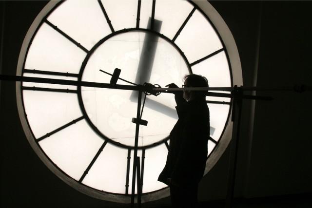 Zmiana czasu 2017 jesień. Kiedy zmiana czasu z letniego na zimowy? Tym razem zegarki przestawimy o jedną godzinę do tyłu – co oznacza, że będziemy spać o godzinę dłużej. KIEDY ZMIANA CZASU?