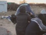 Uzbrojeni uchodźcy zaatakowali fotografa i operatora w obozie w Calais