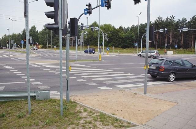 Zamiast kostki albo asfaltu jest tylko piach. Tak jest na ścieżce rowerowej przy ul. Raginisa