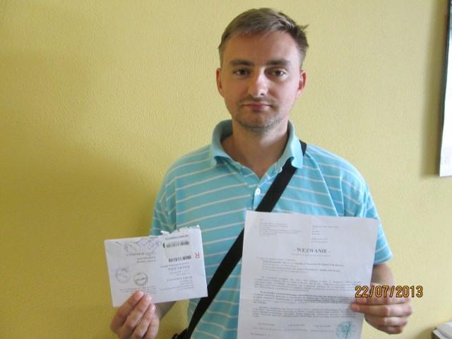 Pan Jarosław pokazuje wezwanie, które dostał od komornika