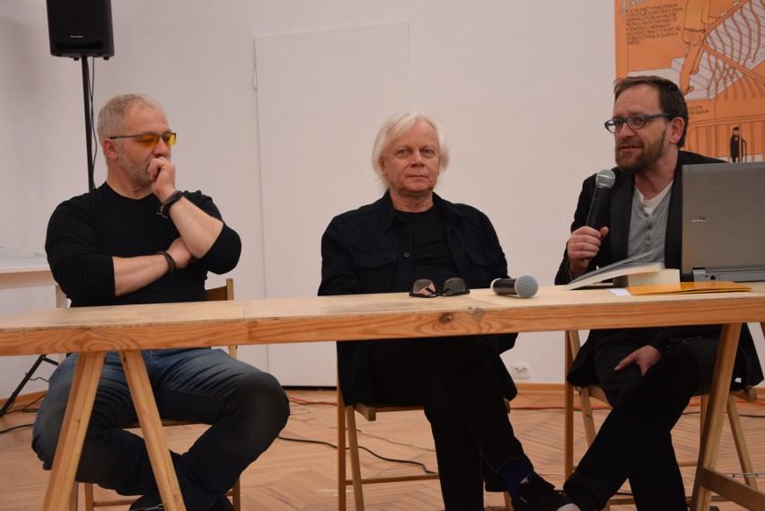 Od lewej: dr hab. Radosław Czarkowski, Leszek Kania i Wojciech Kozłowski, inicjatorzy nadania jednemu z zielonogórskich rond imienia Mariana Szpakowskiego.