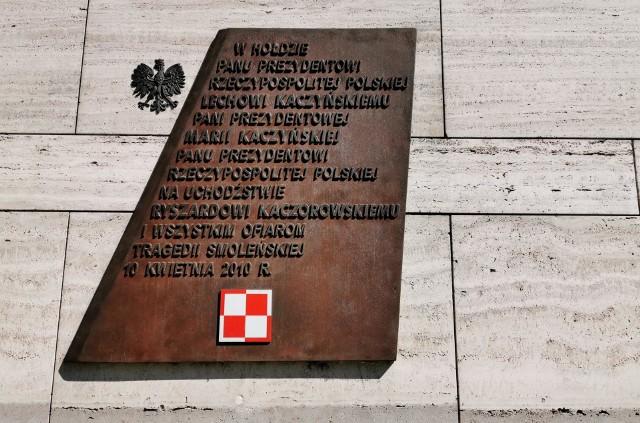 """Z uwagi na panującą epidemię COVID-19, obchody 10. rocznicy katastrofy smoleńskiej w całym kraju przebiegają bardzo skromnie. Kwiaty i znicze złożono pod tablicą upamiętniającą ofiary katastrofy smoleńskiej przy Muzeum Narodowym Ziemi Przemyskiej.Zobacz też: """"Polecieli do Smoleńska, bo byli wielkimi patriotami"""". Prezydent odwiedził grób L. Kaczyńskiego na Wawelu"""