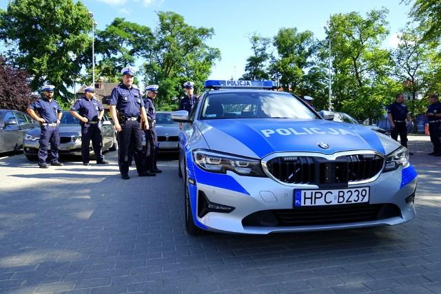 """Policjanci kujawsko-pomorskiej grupy """"Speed"""" jeżdżą BMW o dużej mocy wyposażonymi w wideorejestratory. Poza tym poruszają się jednak również radiowozami nieoznakowanymi."""