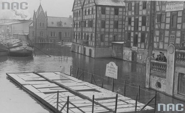Widok z ulicy Mostowej w Bydgoszczy na wezbrane wody Brdy. Za Spichlerzem budynek Lloyda. Marzec 1937.Ponad 180 tysięcy fotografii z Narodowego Archiwum Cyfrowego www.nac.gov.pl.Zobacz także:Wideo: W wyniku powodzi zawalił się most w Hokkaido. 11 osób nie żyjeźródło: STORYFUL/x-news
