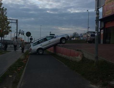 Nietypowe zdarzenie drogowe na ul. Przyjaciół Żołnierza w Szczecinie.